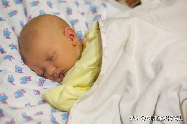 婴儿黄疸,几乎90%的新生儿都有黄疸,正确分辨黄疸的类型可以省不少钱
