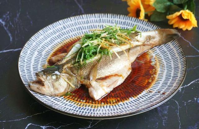 清蒸鱼的做法和步骤,做清蒸鱼时,切记别放盐和料酒,教你老广的做法,鱼肉鲜嫩无腥味