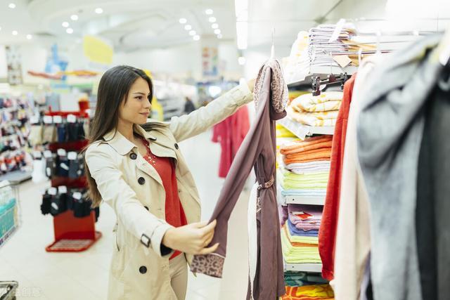 """营销服装,顾客都爱买""""名牌""""?学学""""傍大腿""""营销,快速销售快速盈利"""