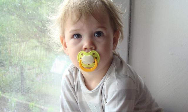 婴儿游戏,婴幼儿如何做视觉训练?新手爸妈多和宝宝玩这5个游戏,促进发育