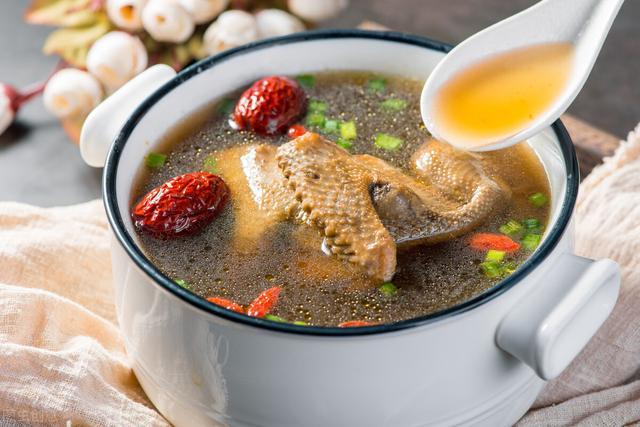 炖鸽子的做法,炖鸽子汤,要不要焯水?老师傅教你做法,汤鲜味美,营养不流失