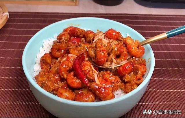 虾尾的做法,馋了好久的龙虾尾盖饭教程来了,鲜红诱人,配上一碗米饭真的绝了