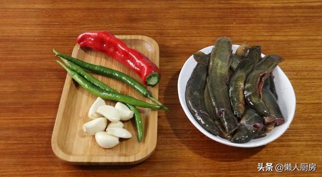 泥鳅的做法,不红烧不焖煮,做泥鳅有小窍门,教你一种好吃的做法,用手撕着吃