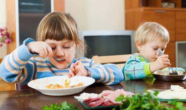 """婴儿饮食,宝宝的""""一日三餐""""怎么安排最合理?零食选择有讲究吗?"""