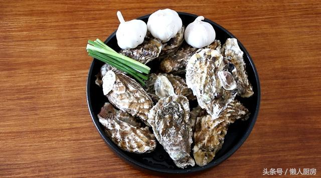 生蚝的做法,教你生蚝的家常做法,配上蒜蓉蒸着吃,味道好,做法简单