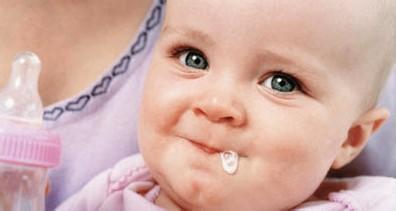 婴儿吐,宝宝在不同年龄段出现呕吐怎么办?这8种情况立即就医!
