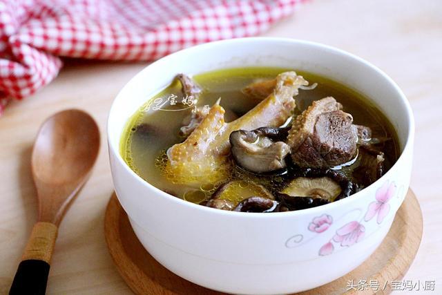 香菇汤的做法,跟阿姨学煲汤,用它做头一次喝,好鲜,不上火润皮肤,这季节喝好