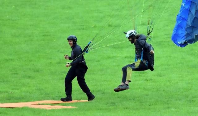 59岁阿汤哥高空跳伞,飞跃几百米惊险刺激,网友:身体素质真强 全球新闻风头榜 第3张