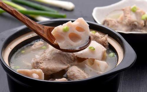 老鸭汤的做法,明日秋分,为家人健康,不妨做道莲藕老鸭汤,不腥不腻还降秋燥