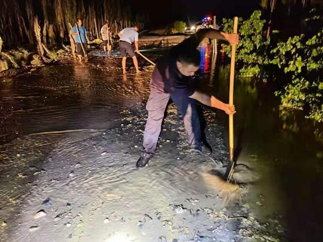 新疆和硕:警民携手深夜抗洪,谱写警民鱼水情 全球新闻风头榜 第1张