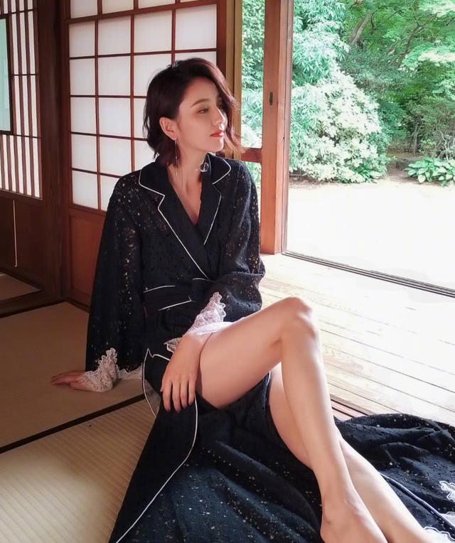 佟丽娅身穿一袭黑色露肩皮裙,时尚又性感,帅气十足 全球新闻风头榜 第4张