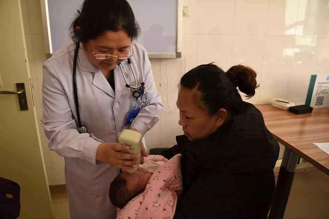 婴儿对眼,为什么新生儿会出现对眼、斜视?家长先别紧张,看看医生怎么说