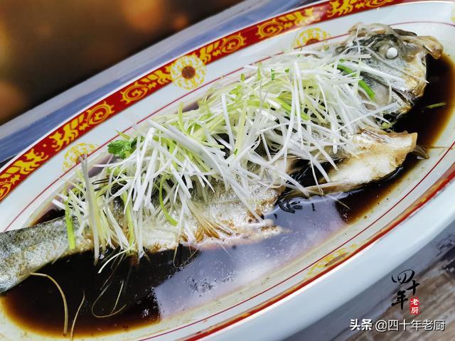 清蒸鱼的做法,清蒸鱼,用料多是大忌,有人常做错难怪不鲜嫩,老厨解锁正确做法
