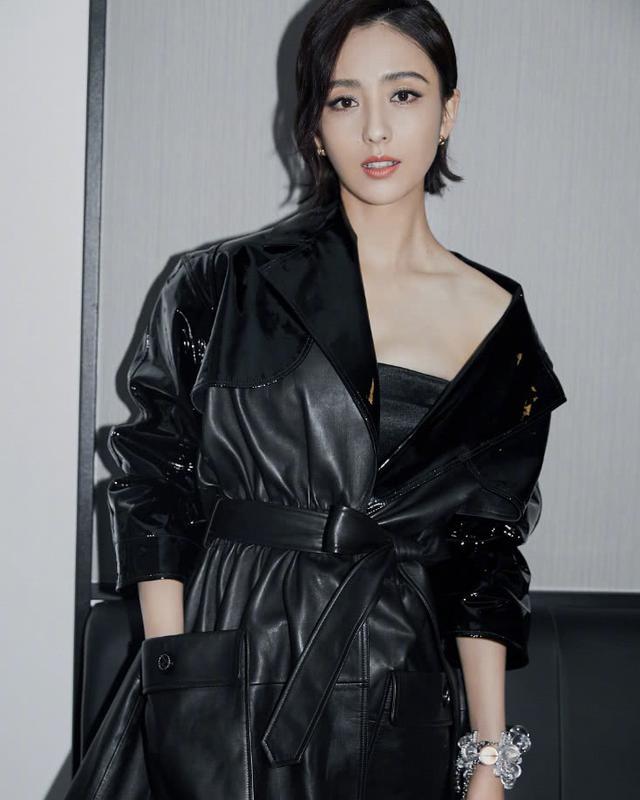 佟丽娅身穿一袭黑色露肩皮裙,时尚又性感,帅气十足 全球新闻风头榜 第2张