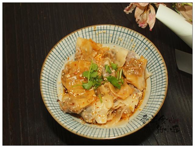 馄饨的吃法,馄饨除了煮着吃,还可以用酱料拌着吃,酸辣开胃的牛肉馄饨