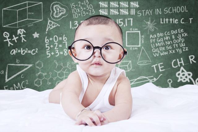 婴儿2月,宝宝1~2月是感知觉和大运动能力培养黄金期,手把手教你怎么做