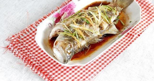 清蒸鱼的家常做法,清蒸鱼,用盐腌还是用生抽?都错了,教你做法,鲜嫩入味,没腥味