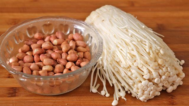 金针菇的做法大全家常,金针菇别烧汤了,加1碗花生,简单一做,太香了,出锅瞬间就扫光