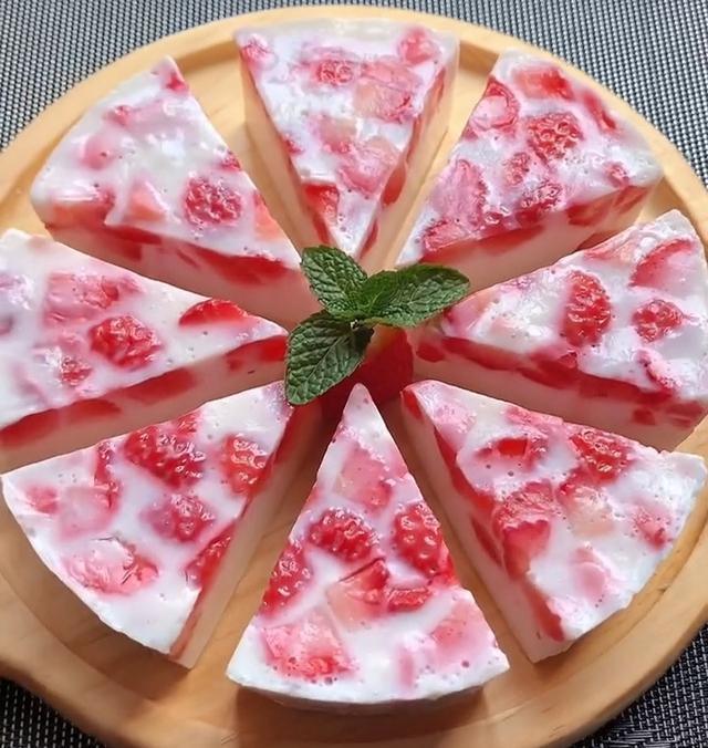 草莓的吃法,小朋友在家,用草莓,简单几步,轻松做成小吃,香甜爽口,人人爱