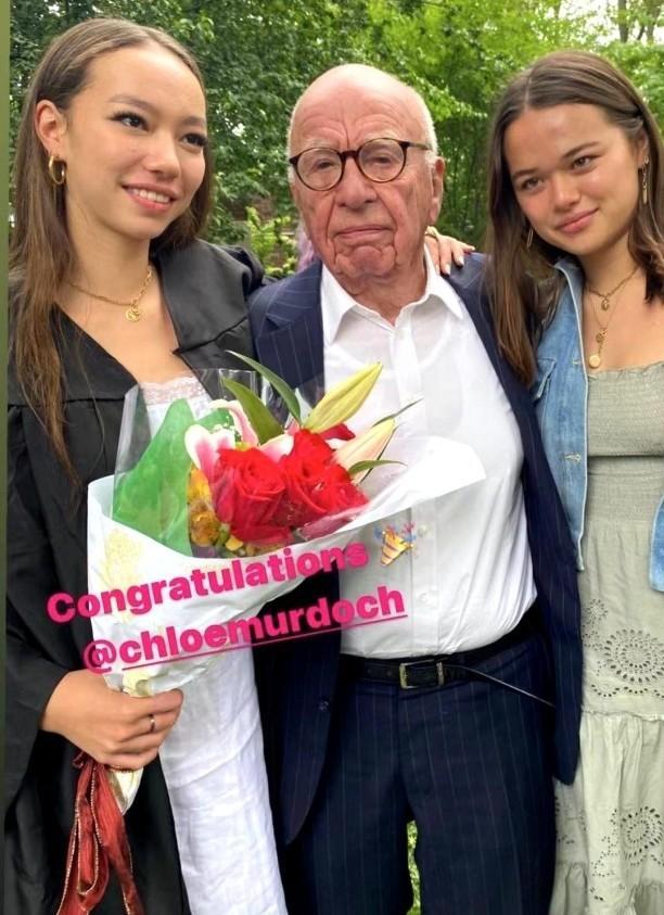 邓文迪罕晒前夫与俩女儿,90岁默多克献花亲女儿,满面红光精神好 全球新闻风头榜 第1张