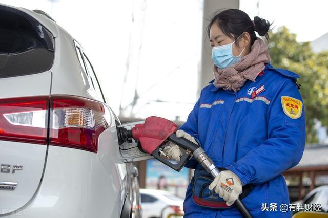 最新油价调整最新消息,原油跌9%,油价调整迎来降价?加油站92、95号汽油今日价格