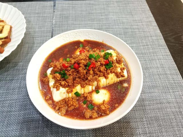 豆腐的吃法,1块豆腐2个蛋,蒸一蒸,鲜美嫩滑,每次做它儿子都吃2碗饭