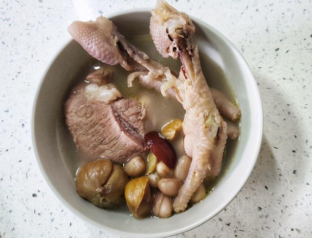 鸡脚汤的做法,冷天,广东人最爱用鸡脚煲汤,这样搭配满满胶原蛋白,常喝皮肤好