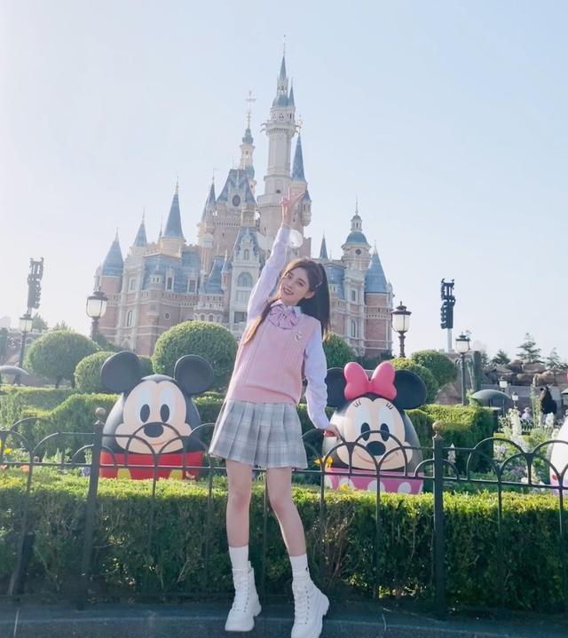 鞠婧祎图片高清唯美,鞠婧祎迪士尼唯美出游照,清新又甜美,是你爱的风格吗