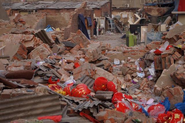 自己家房子遭强制拆迁4名小伙摁在地面上施暴