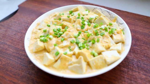 蟹黄豆腐的做法,家里没矿也能吃得起蟹黄豆腐,2种原料3个步骤,咸中带鲜简单省事