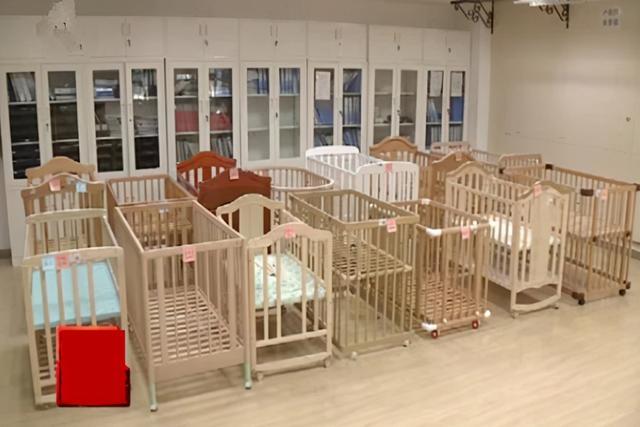 """婴儿床上用品,央视又曝光一批""""婴儿床"""",不仅高价还夹伤娃,家长别再给娃买了"""