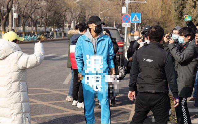 黄子韬图片,黄子韬蓝精灵打扮现身春晚彩排,主持团仍在热议,董卿热度最高