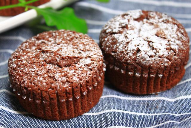 怎么做巧克力蛋糕,最近网上很火的巧克力蛋糕,没有添加剂,香甜细腻,新手一次成功