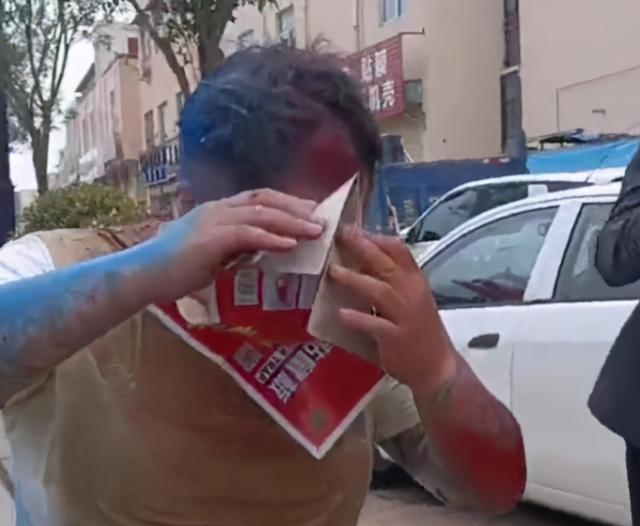 河南一男子庆贺生孩子,被朋友用粘鼠板恶搞,撕都撕不下来 全球新闻风头榜 第1张