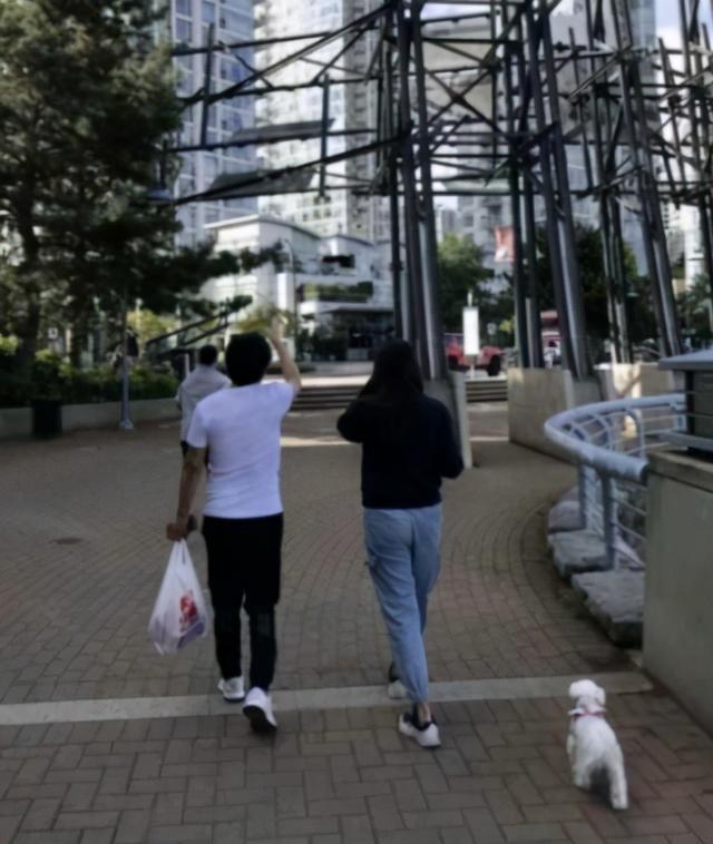 54岁王祖贤街头遛狗被偶遇!穿短裙小腿纤细,一头黑发仙气十足 全球新闻风头榜 第4张