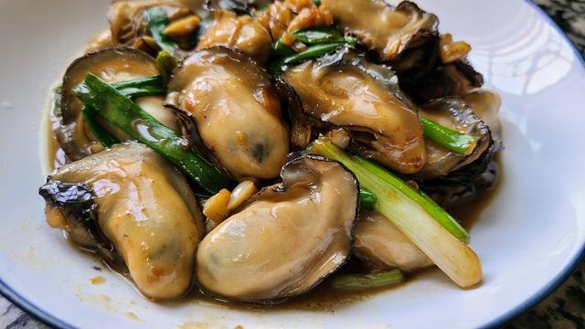 生蚝的做法蒸几分钟,广式炒生蚝原来这么好吃,家常做法味道鲜美,看着就馋了
