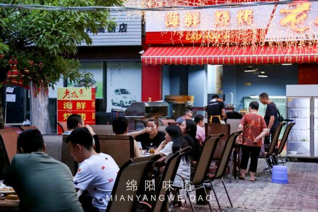 绵阳美食,遍地老店的永兴镇,随便走进家路边「大排档」,车子排长队去吃