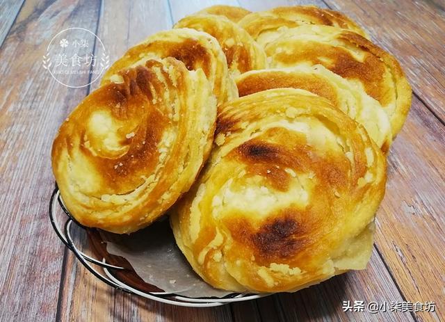 油酥饼的做法,教你香酥饼做法,外面2元一个,学会在家就能做,凉了也不硬