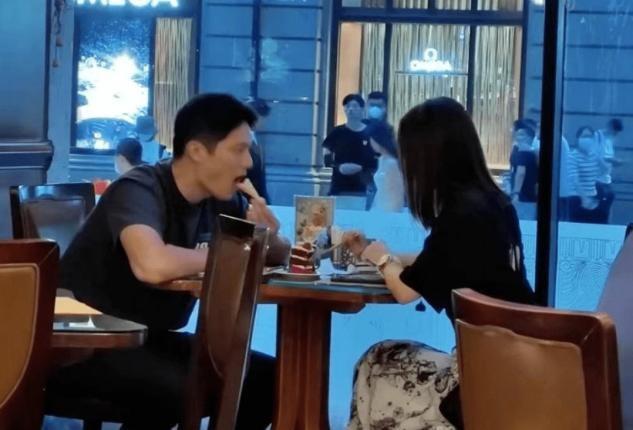 王子文与男友约会,在街头牵手搂腰好黏人,34岁瘦出A4腰惹人羡