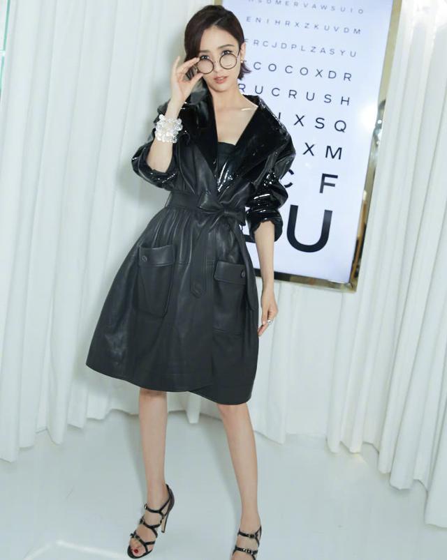 佟丽娅身穿一袭黑色露肩皮裙,时尚又性感,帅气十足 全球新闻风头榜 第1张