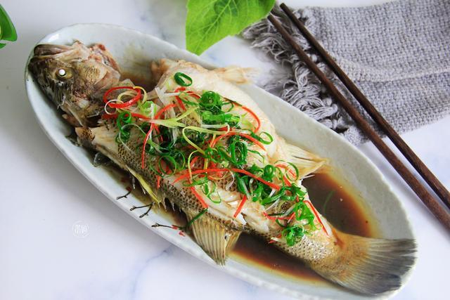 鱼蒸的做法,清蒸鱼时,直接加盐就毁了,牢记这3个要点,蒸出的鱼鲜嫩无腥味
