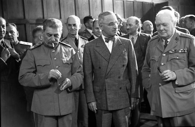丘吉尔简介,国外受宠国内受挫,丘吉尔是英国二战中功臣,为何战后连任失败?