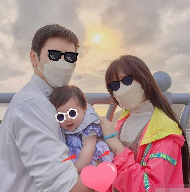 向佐一家三口近照曝光,女儿单眼皮像爸爸,手臂和妈妈手腕一样粗 全球新闻风头榜 第1张