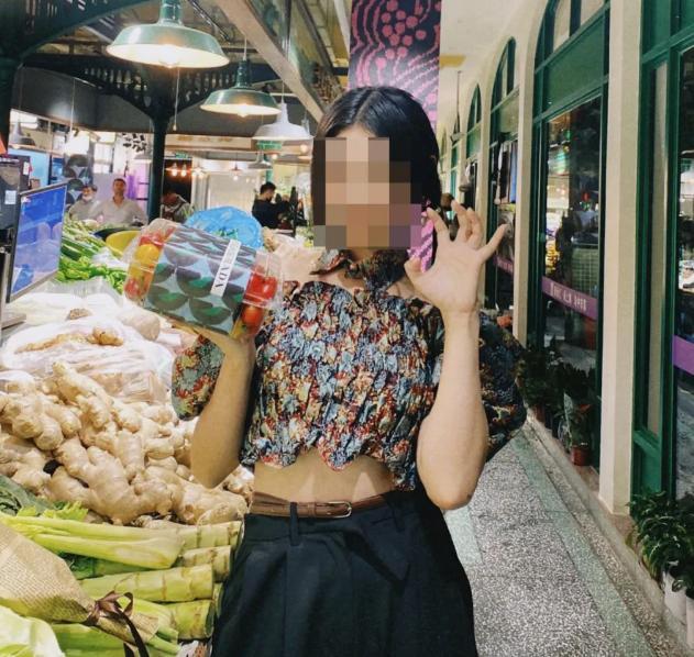 上海菜市场外,女子将新买的芹菜扔到垃圾桶,只留下了品牌纸袋 全球新闻风头榜 第3张