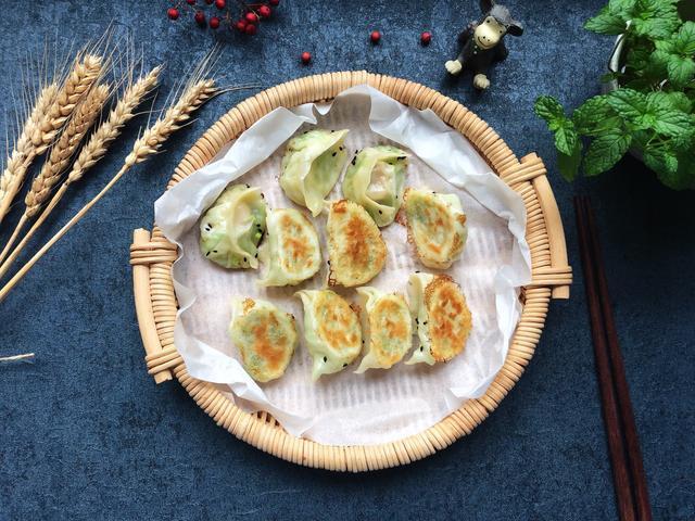 煎饺的做法,吃腻了煮饺子,试试煎饺子,外酥里鲜,太好吃了