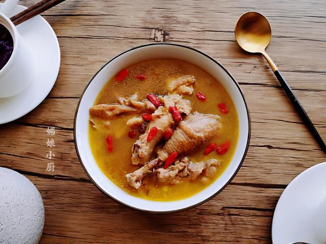 鸡汤怎么做,炖鸡汤是凉水下锅还是开水下锅?做对了鸡肉鲜嫩,汤金黄鲜香浓郁