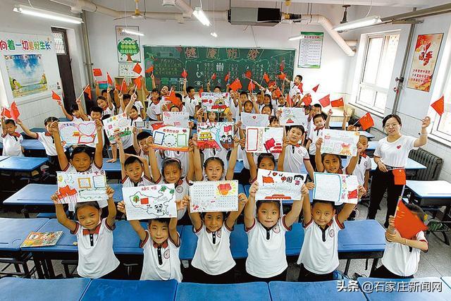 手抄报小学生,「五星红旗飘起来」55名小学生绘制手抄报祝福祖国