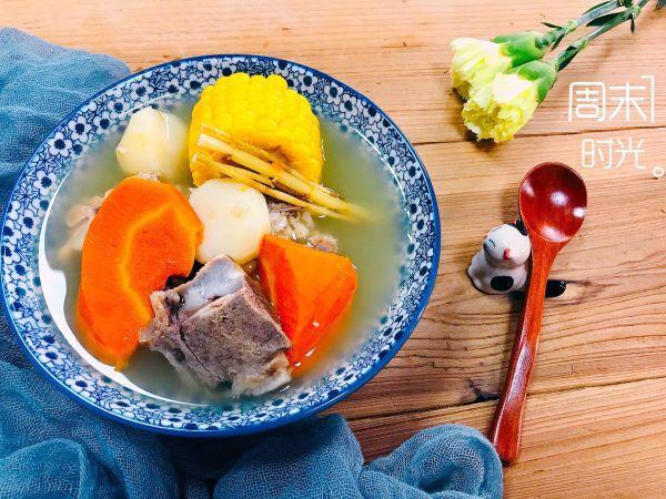 茅根的吃法,你和幸福就差这一份玉米胡萝卜马蹄茅根煲脊骨汤