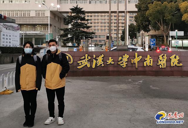 """南京医护人员武汉战""""疫"""":极限穿刺!95后ICU护师冒着被误伤风险救治重症患者"""