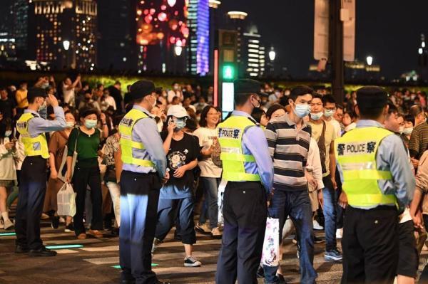 10月节日,现场直击:国庆夜外滩迎来23万游客,最高瞬时客流超6万
